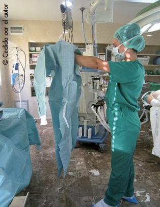 Colocación de la bata quirúrgica