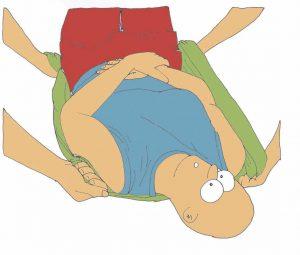 Enderezamiento en una cama con la persona dependiente acostada sobre la espalda