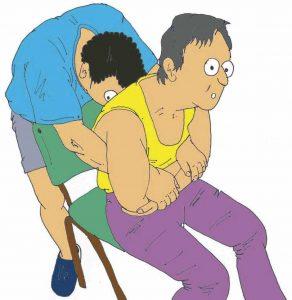 Enderezamiento de sentado con el cuidador situado detrás de la persona dependiente